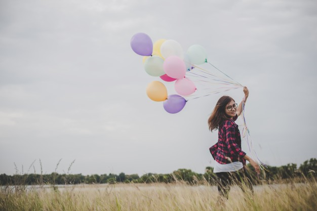 hermosa-mujer-joven-hipster-celebracion-con-coloridos-de-globos-al-aire-libre-la-libertad-disfrutar-con-la-naturaleza-concepto-de-estilo-de-vida-de-las-mujeres_1150-1529